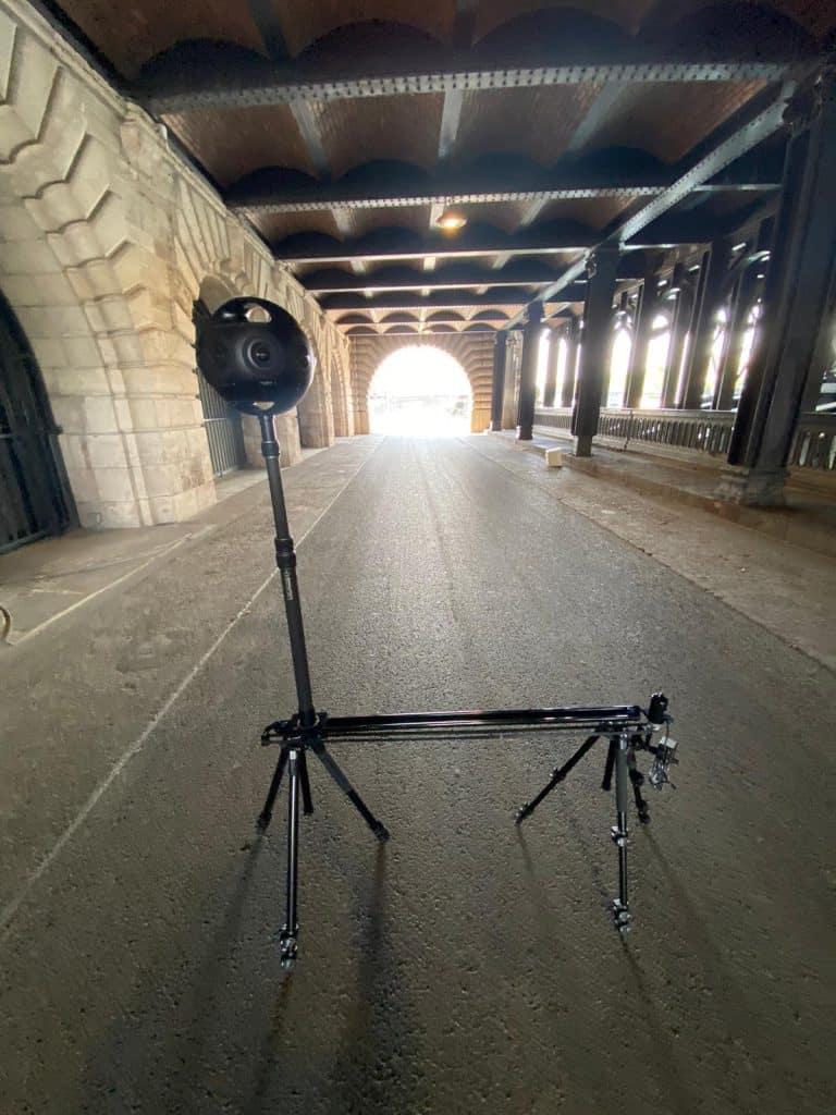 מצלמת 360 על סליידר ממונע במרחק נכון מהמסילות