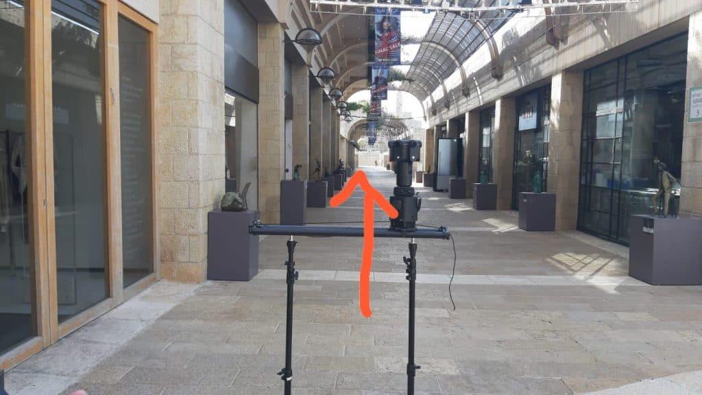 מצלמת 360 על סליידר ממונע גובה המצלמה קרוב מדי למסילות