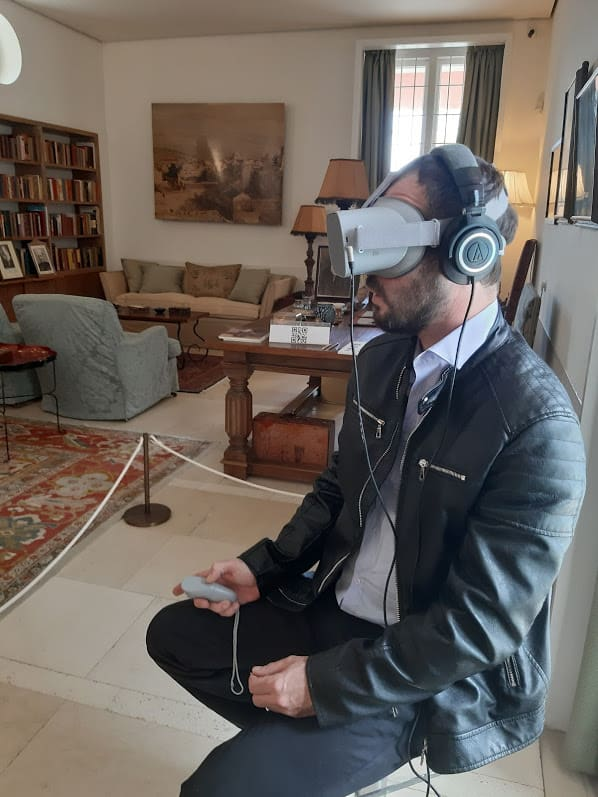 צופים בסרט מציאות מדומה מוזיאון ויצמן